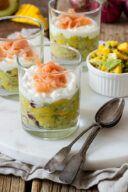 Leckere Avocado Mango Lachs Verrine als Vorspeise im Glas serviert nach einem Rezept von Sweets & Lifestyle®