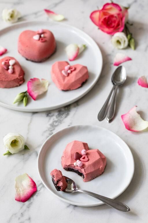 Leckere Erdbeer Oreo Herz Cakesicles im angesagten Geo Style als Dessert fuer den Muttertag nach einem Rezept von Sweets & Lifestyle®