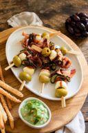 Kalte Fingerfood Spiesse mit Oliven Mozzarella getrockneter Tomate Parmaschinken und gegrillter Zucchini nach einem Rezept von Sweets & Lifestyle®