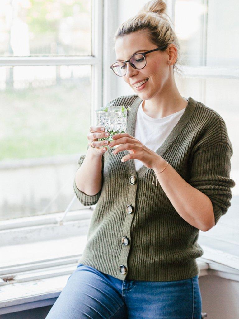 Oesterreichs Top Foodbloggerin Verena Pelikan mit ihrem Waldmeister Gin Tonic