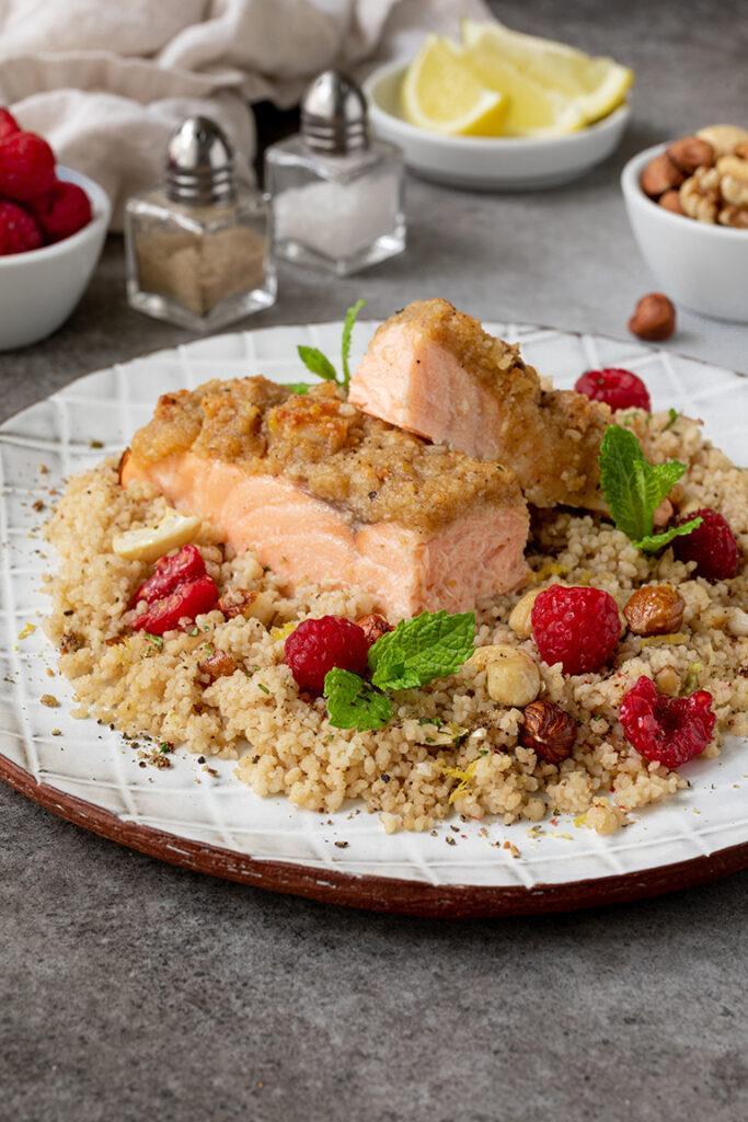 Im Ofen gebratener Lachs mit Parmesan Nuss Kruste und Couscous Himbeer Salat mit Nuessen und Minze nach einem Rezept von Sweets & Lifestyle®