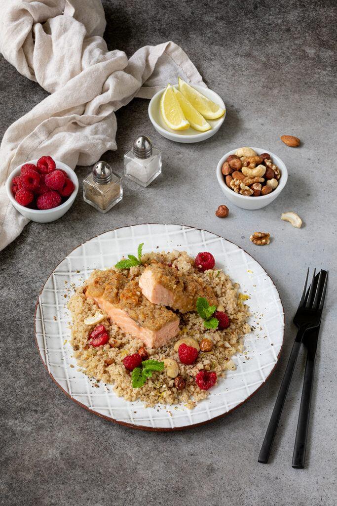 Im Ofen gebratener Lachs mit Parmesan Nuss Kruste serviert mit in gruenem Tee gegarten Couscous Himbeer Salat mit Minze nach einem Rezept von Sweets & Lifestyle®