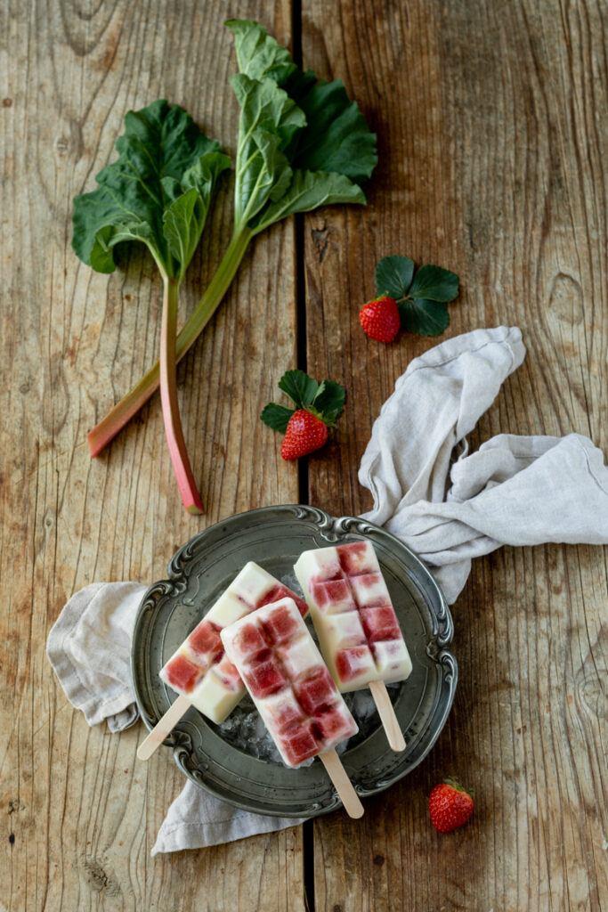 Erfrischendes Joghurt Eis am Stiel mit Rhabarber und Erdbeeren nach einem Rezept von Sweets & Lifestyle®