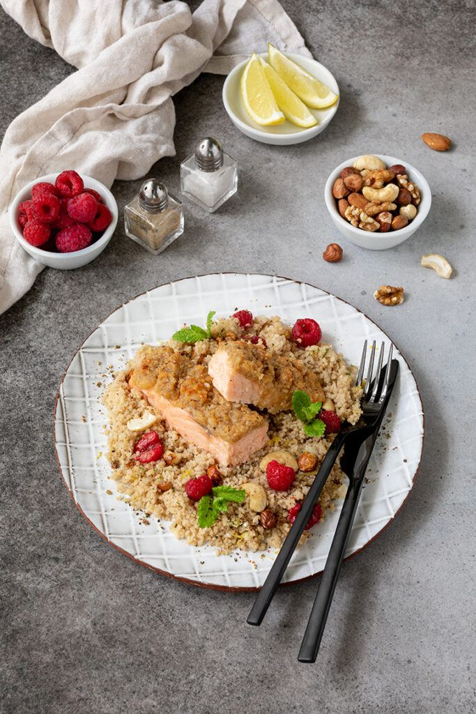 Im Ofen gegarter Lachs mit Parmesan Kruste serviert mit einem Couscous Himbeer Salat mit Nuessen und Minze nach einem Rezept von Sweets & Lifestyle®