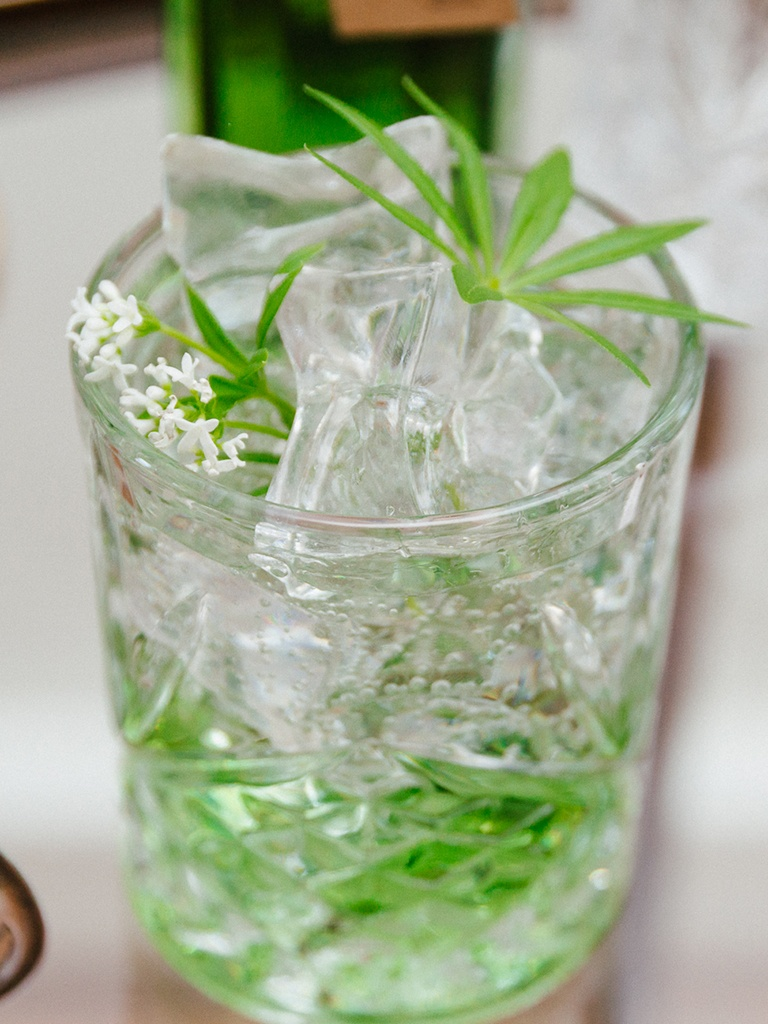 Leckeres Waldmeister Gin Tonic mit selbst gemachten Waldmeistersirup gemacht nach einem Rezept von Sweets & Lifestyle®