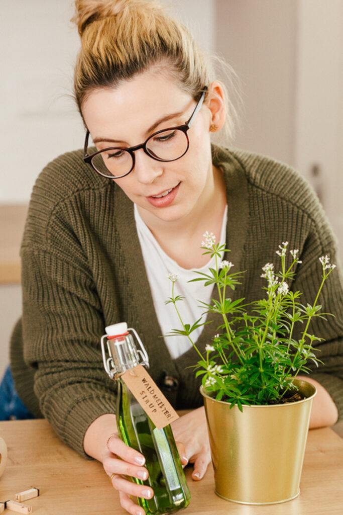 Oesterreichs Top Foodbloggerin Verena Pelikan mit ihrem selbst gemachten Waldmeister aus frischem Waldmeister