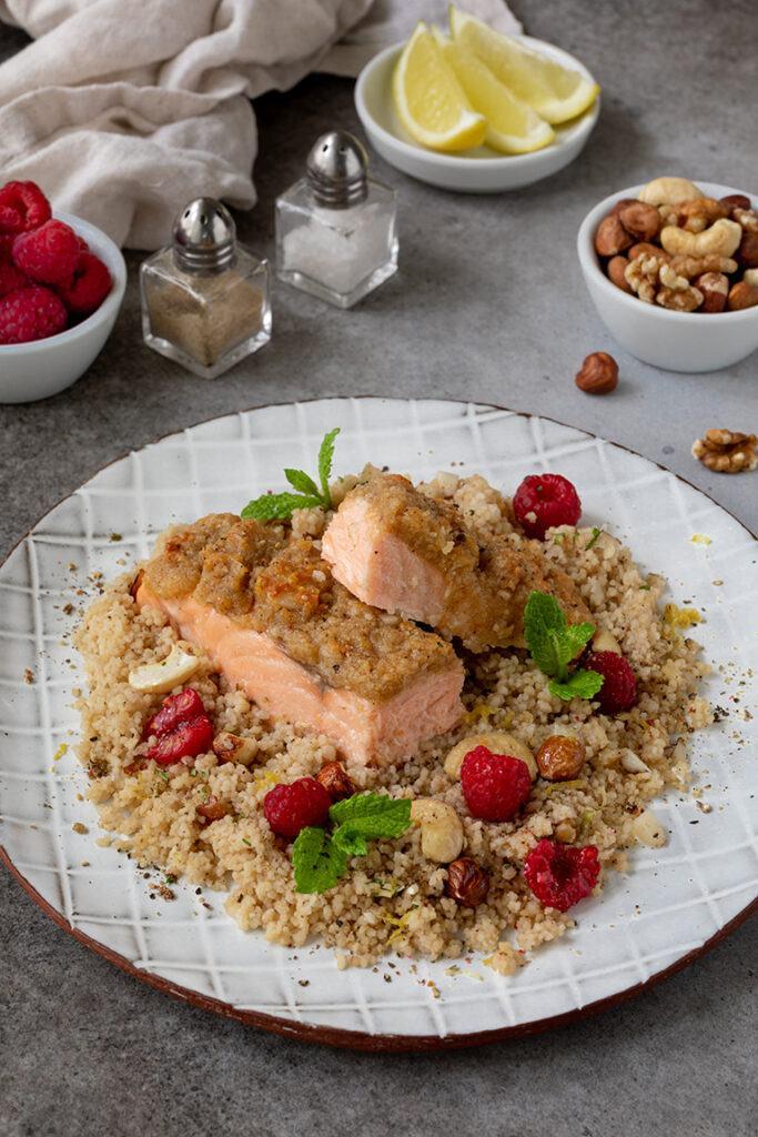 Schnell gemachter Ofenlachs mit Parmesan Nuss Kruste und Couscous Himbeer Salat mit Nuessen und Minze nach einem Rezept von Sweets & Lifestyle®