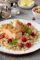 Rezept fuer einen im Ofen gegarten Lachs mit Parmesan Nuss Kruste und Couscous Himbeer Salat mit Nuessen und Minze von Sweets & Lifestyle®