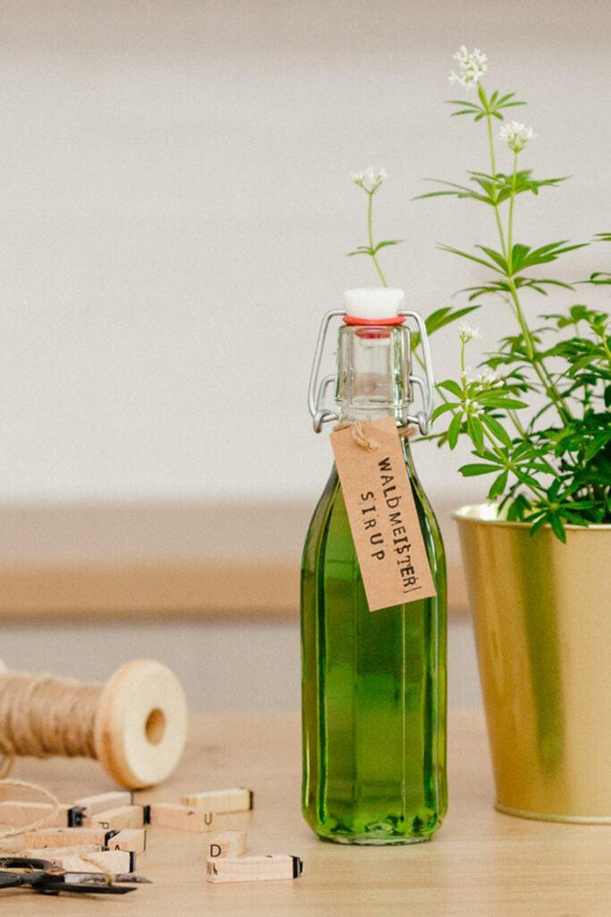 Selbst gemachter Waldmeistersirup aus echtem Waldmeister nach einem Rezept von Sweets & Lifestyle®