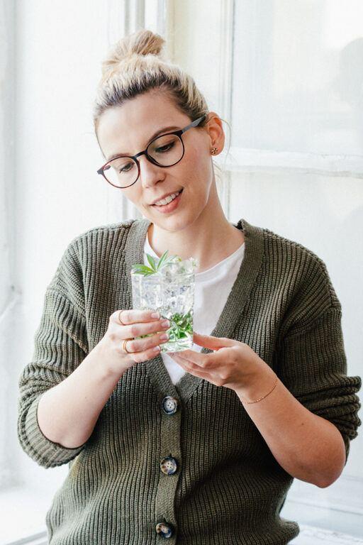 Kochstudio Inhaberin Verena Pelikan mit dem von ihr gemixten Waldmeister Gin Tonic
