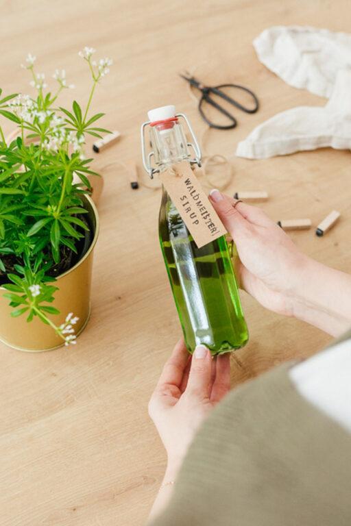 Einfaches Waldmeistersirup Rezept fuer frischen Waldmeister von Sweets & Lifestyle®