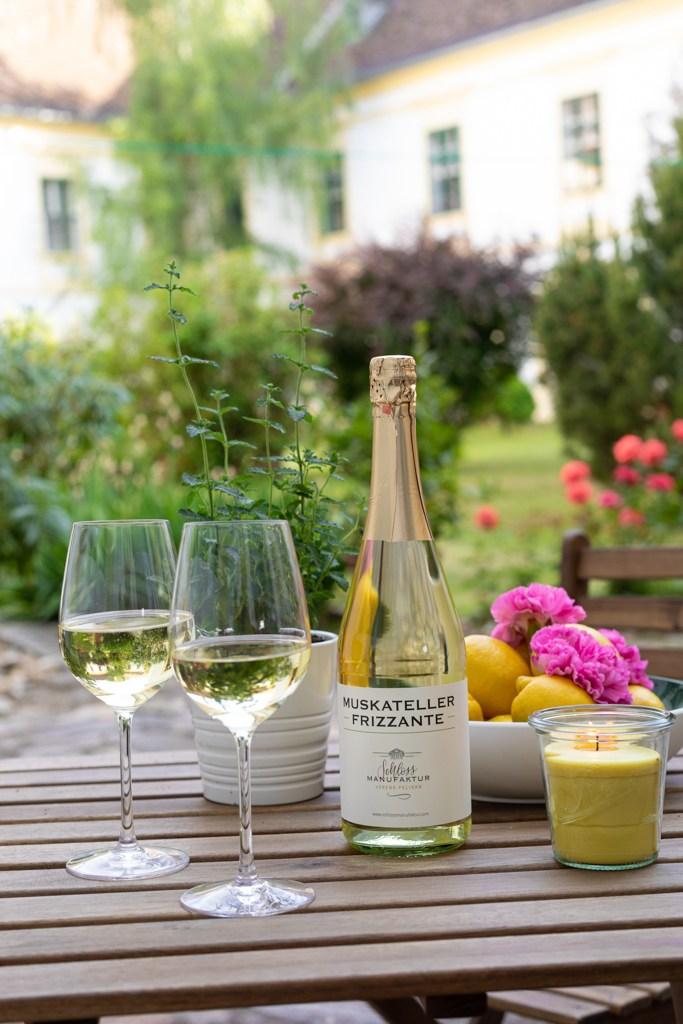 Eine selbst gemachte Citronella Kerze nach der DIY Anleitung von Sweets & Lifestyle® darf am Tisch auf der Terrasse Schlossgarten nicht fehlen