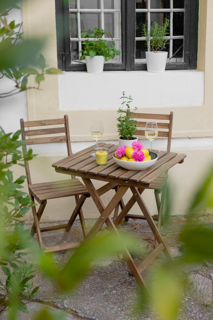 Gedeckter Tisch im Garten mit selbst gemachter Citronella Kerze als Anti Muecken Kerze nach der DIY Anleitung von Sweets & Lifestyle®