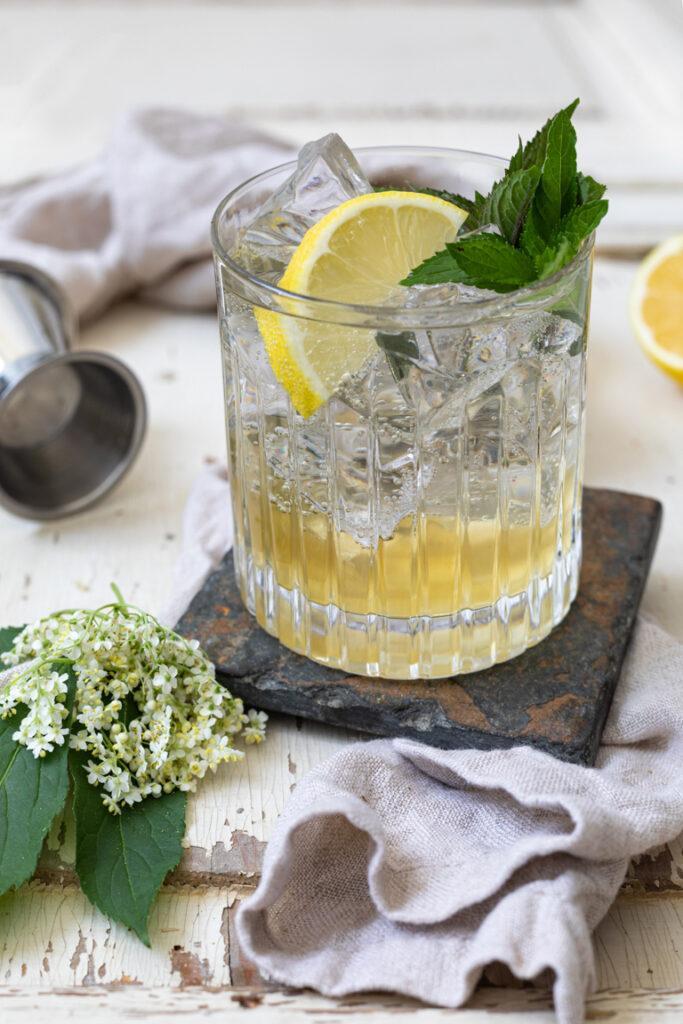 Erfrischender Gin Cocktail mit Holunderbluetensirup nach einem Rezept von Sweets & Lifestyle®