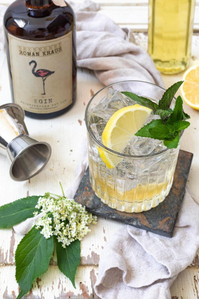Leckerer Holunder Cocktail mit Gin nach einem Rezept von Sweets & Lifestyle®