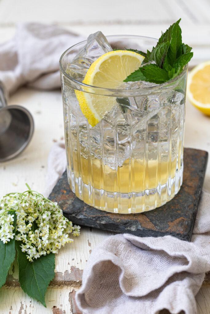 Leckerer Holunder Gin Cocktail mit Weinviertel Dry Gin nach einem Rezept von Sweets & Lifestyle®