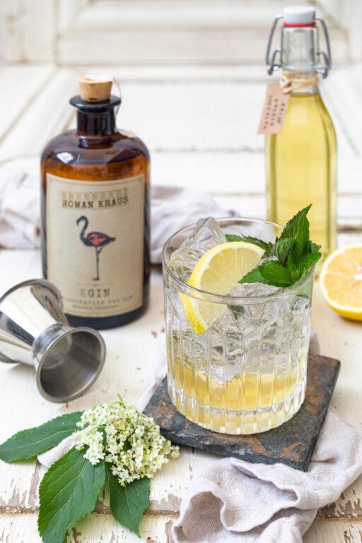 Leckerer Holunder Gin Cocktail mit selbst gemachten Holunderbluetensirup nach einem Rezept von Sweets & Lifestyle®