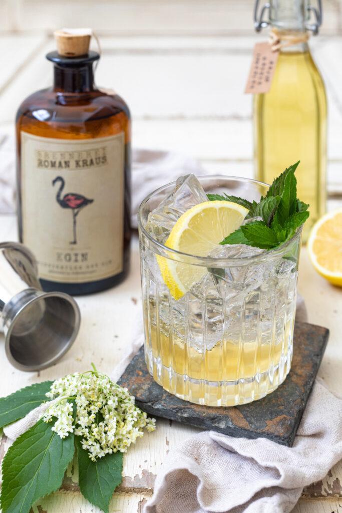 Leckerer Holunderblueten Gin Cocktail gemacht mit Weinviertel Dry Gin der Brennerei Roman Kraus nach einem Rezept von Sweets & Lifestyle®