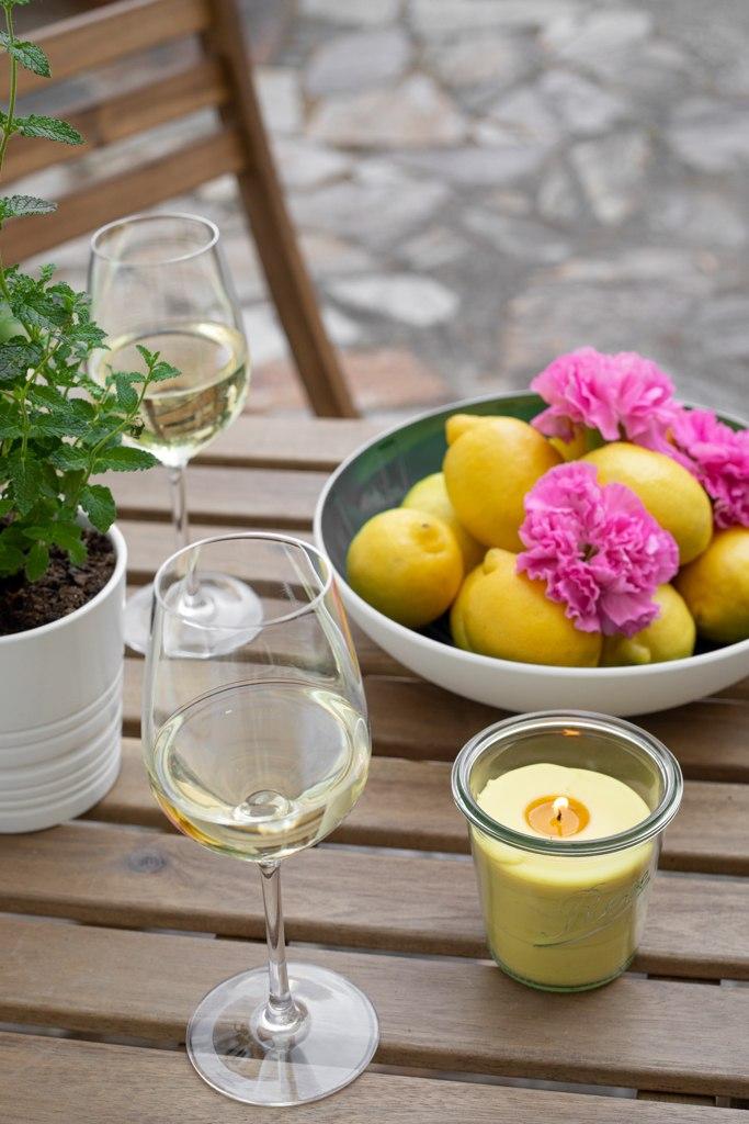 Selbst gemachte Citronella Kerze als Anti Muecken Kerze am Tisch im Garten