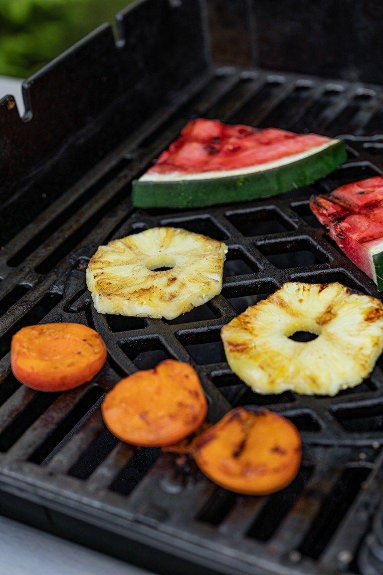 Anananssscheiben am Grill fuer die Zubereitung von einem Dessert nach einem Rezept von Sweets & Lifestyle®