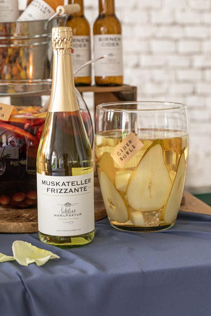 Leckerer Birnen Cider Bowle gemacht mit dem SchlossManufaktur Muskateller Frizzante und dem SchlossManufaktur Birnen Cider nach einem Rezept von Sweets & Lifestyle®
