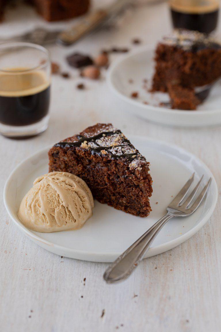 Ein Stueck vom saftigen Schoko Nuss Kuchen mit Kaffeeeis nach einem Rezept von Sweets & Lifestyle®