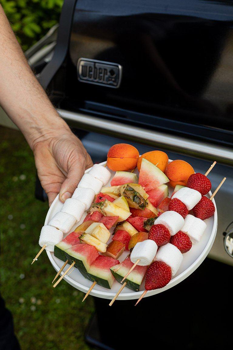 Selbst gemachte Erdbeer Marshmallow Spiesse und Obstspiesse bereit fuers Grillen im Kochstudio SchlossStudio im Weinviertel
