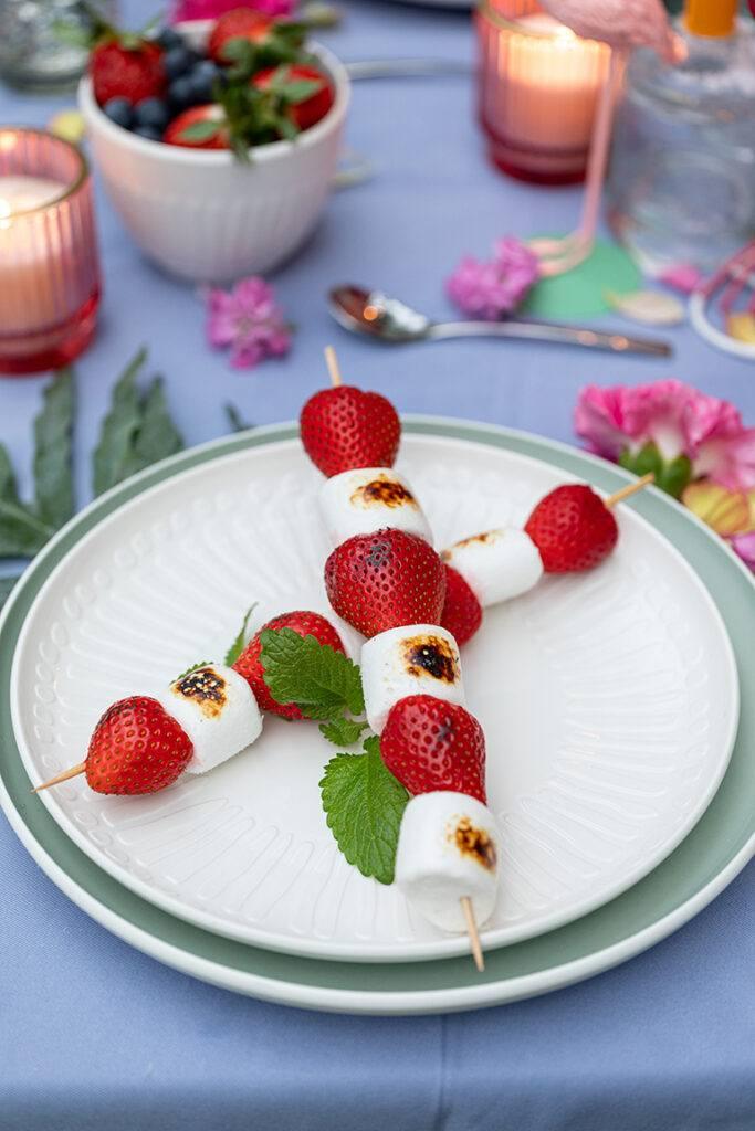 Erdbeer Marshmallow Spiesse vom Grill als Nachspeise bei der Grillparty nach einem Rezept von Sweets & Lifestyle®