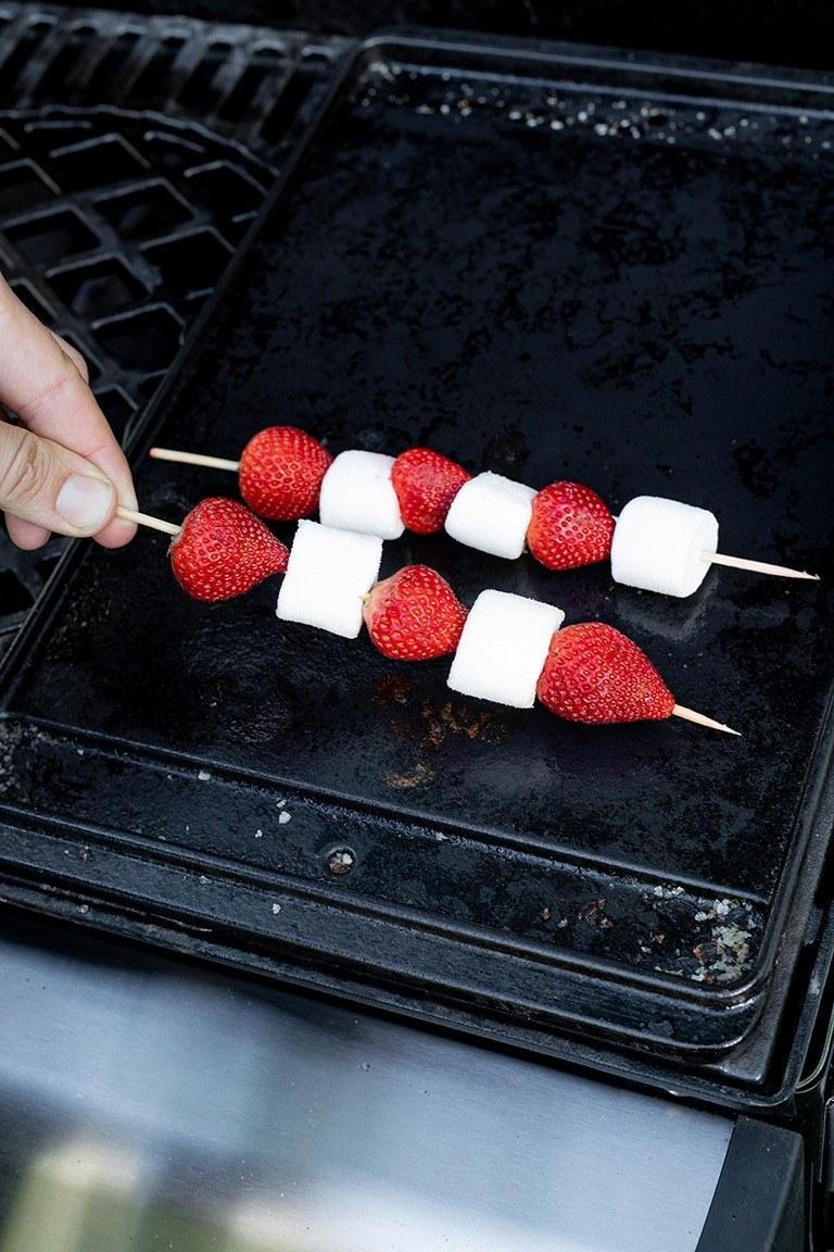 Selbst gemachte Erdbeer Marshmallow Spiesse werden im Kochstudio SchlossStudio auf den Grill gelegt