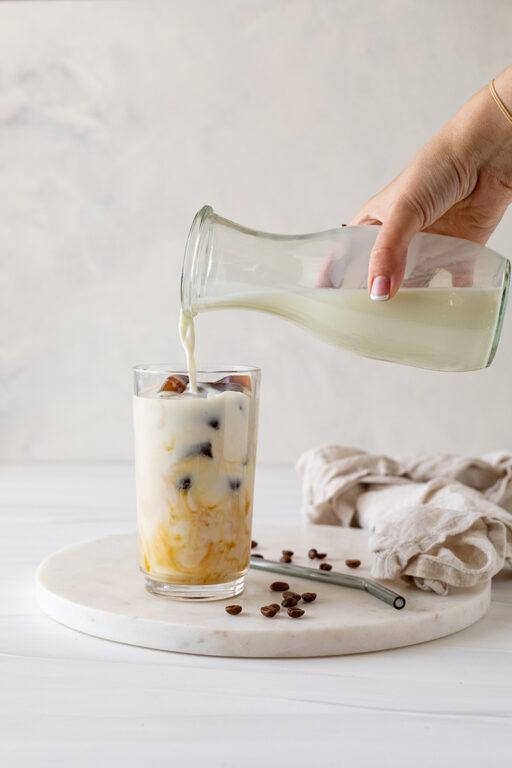 Erfrischender Eiskaffee mit Kaffee Eiswuerfel zubereitet nach einem Rezept von Sweets & Lifestyle®