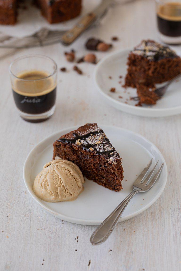 Frisch gebruehter Espresso serviert zum saftigen Schoko Nuss Kuchen mit Kaffeeeis nach einem Rezept von Sweets & Lifestyle®