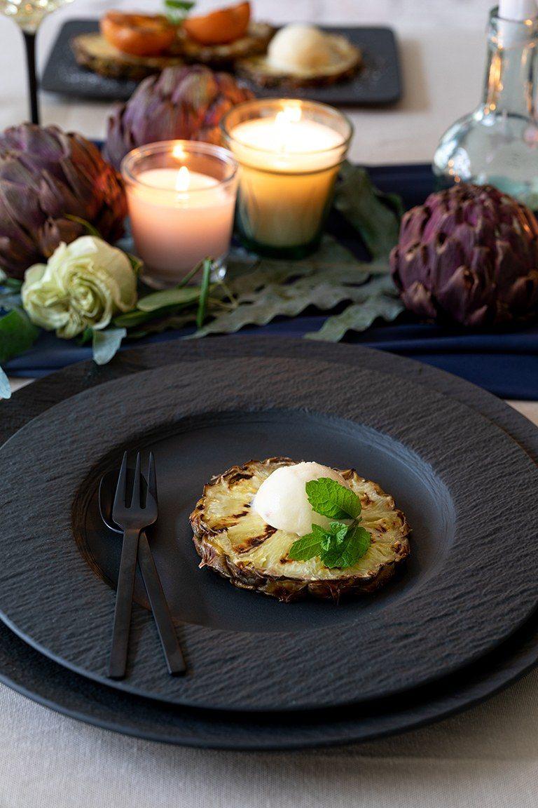 Gegrillte Ananas mit Vanilleeis und Minze serviert als Dessert bei der Grillparty nach einem Rezept von Sweets & Lifestyle®