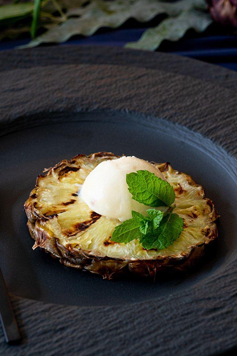 Gegrillte Ananas mit Vanilleeis und frischer Minze als Dessert bei der Grillparty nach einem Rezept von Sweets & Lifestyle®