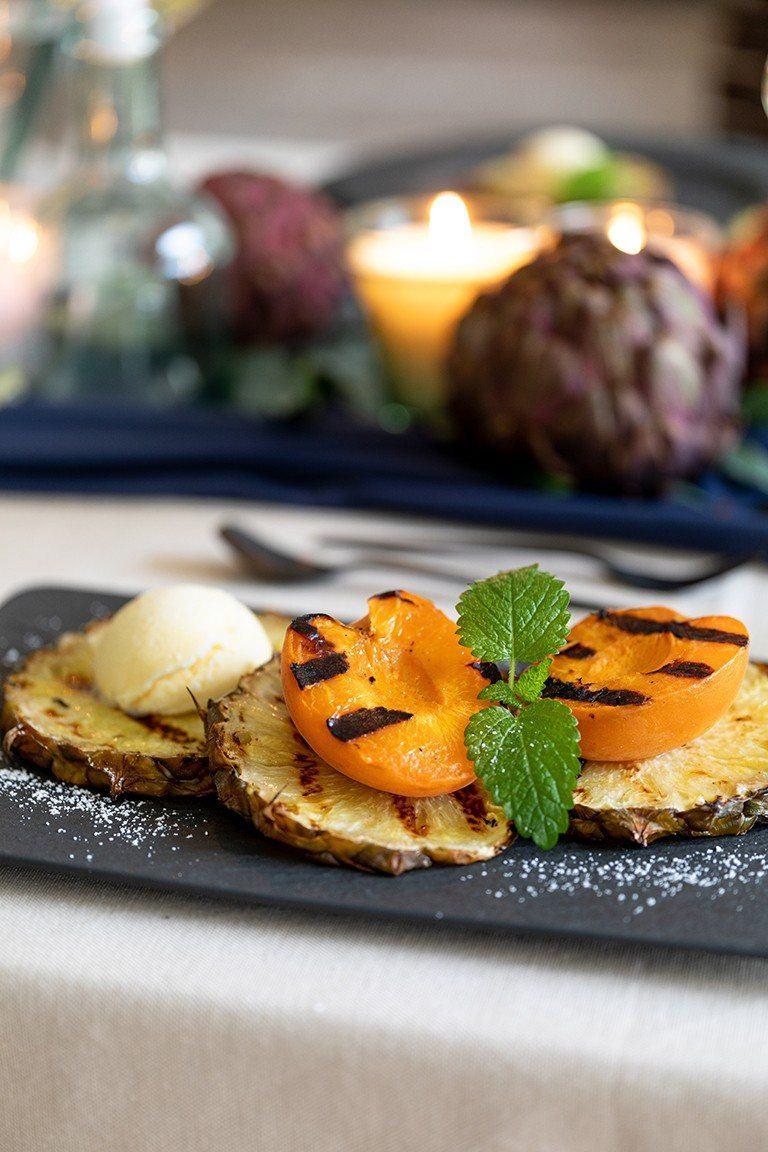 Gegrillte Ananas mit Vanilleeis und gegrillter Marille serviert gemacht nach einem Rezept von Sweets & Lifestyle®