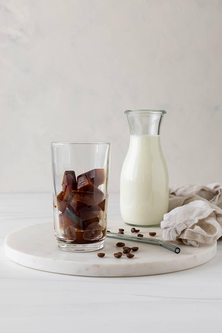 Kaffee Eiswuerfel im Glas fuer die Zubereitung von einem Eiskaffee nach einem Rezept von Sweets & Lifestyle®