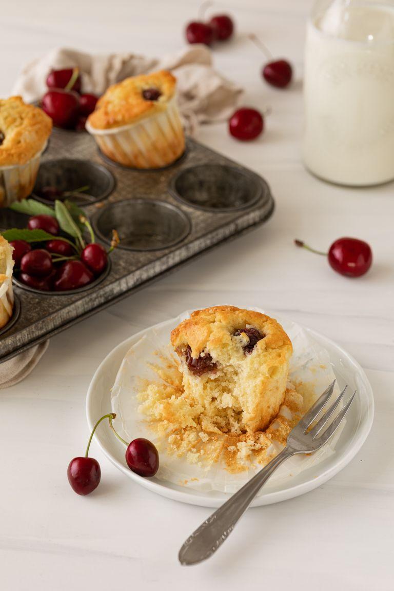 Saftiger Kirschmuffin mit frischen Kirschen gemacht nach einem einfachen Rezept von Sweets & Lifestyle®