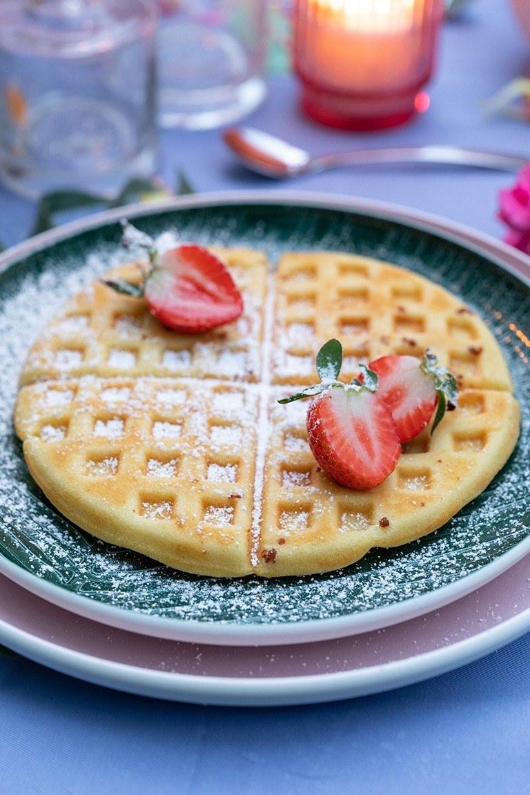 Klassische Waffeln vom Grill mit frischen Erdbeeren als Dessert bei der Grillparty nach einem Rezept von Sweets & Lifestyle® gemacht