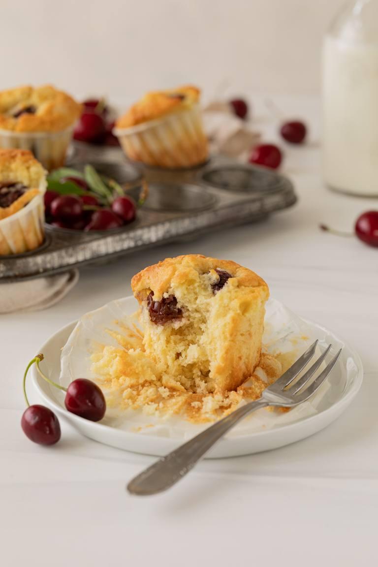Saftiger Kirschmuffin gemacht nach einem Rezept von Sweets & Lifestyle® auf einem Teller