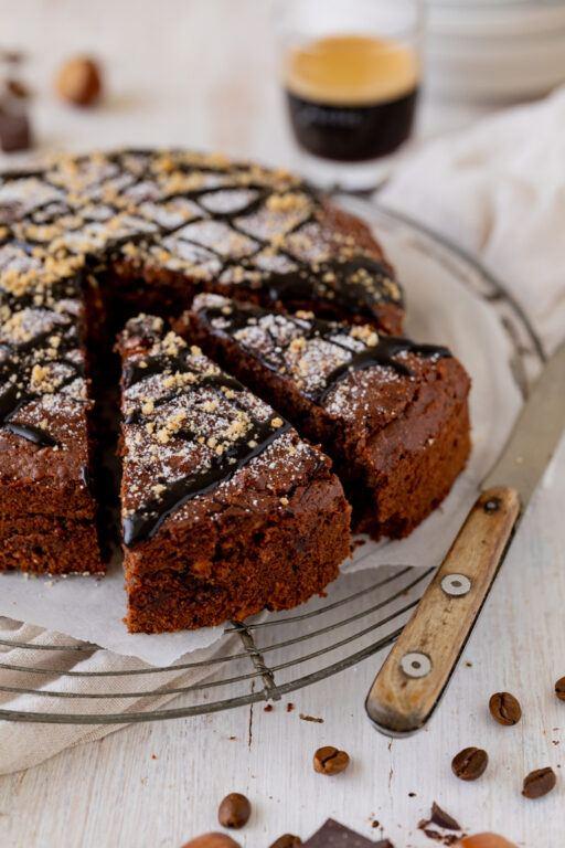 Saftiger Schoko Nuss Kuchen nach einem Rezept von Sweets & Lifestyle® aufgeschnitten