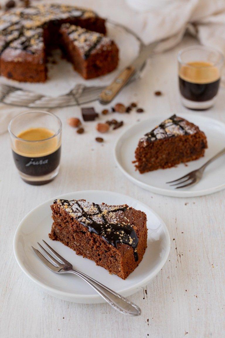 Saftiger Schoko Nuss Kuchen mit Schokosauce verziert nach einem Rezept von Sweets & Lifestyle®