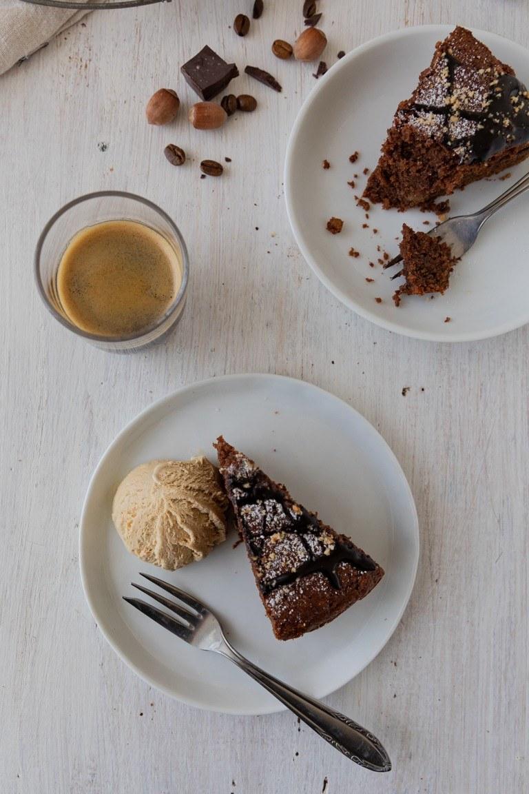 Saftiger Schoko Nuss Kuchen serviert mit einer Kugel Kaffeeeis und einem Espresso nach einem Rezept von Sweets & Lifestyle®