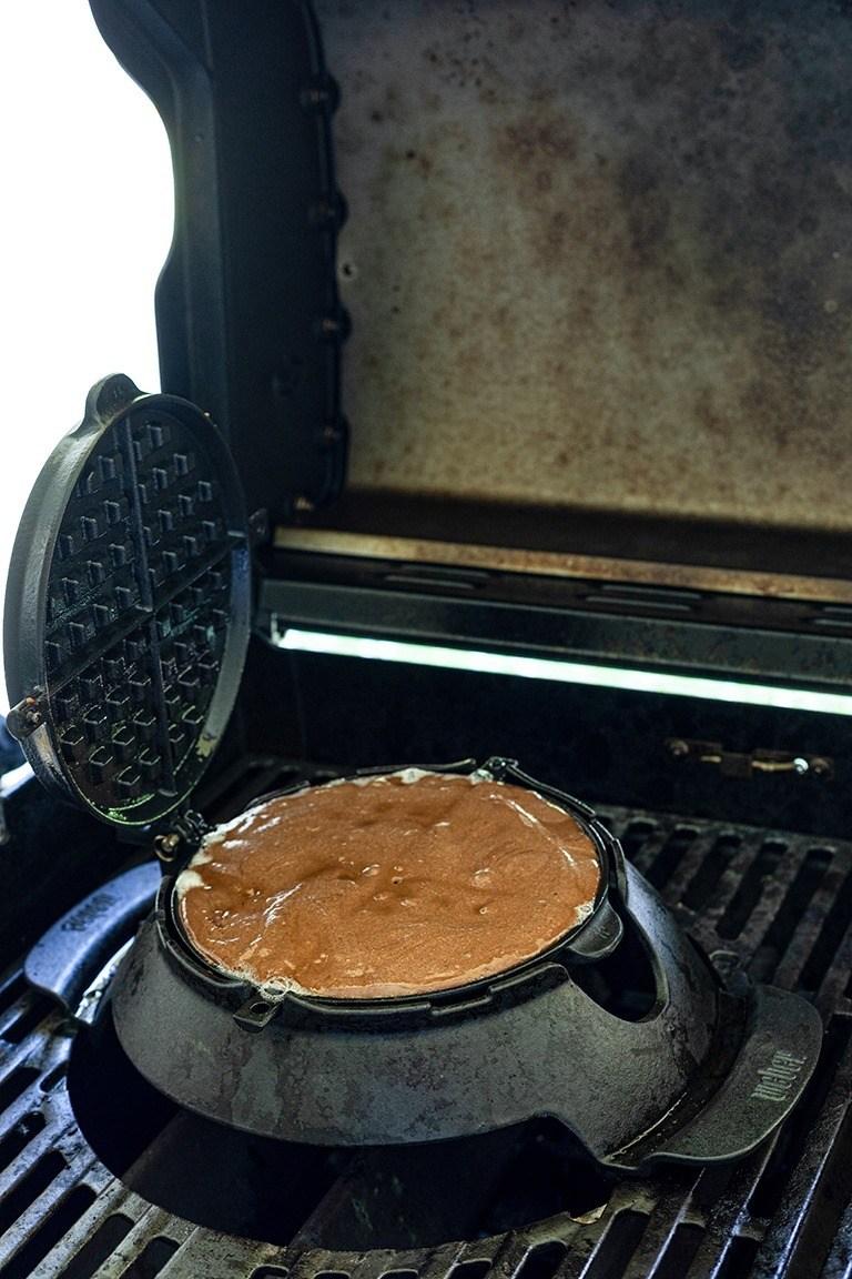 Leckere Schokowaffeln werden bei der Grillparty am Grill zubereitet nach einem Rezept von Sweets & Lifestyle®