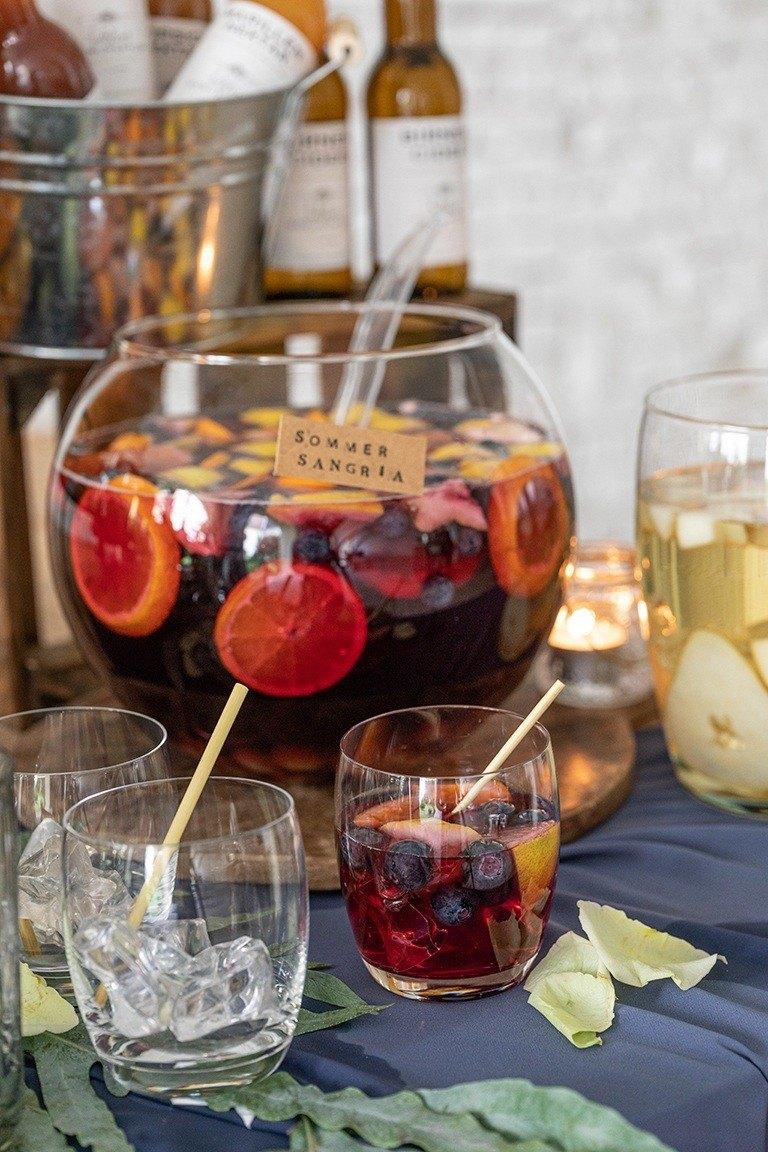 Selbst gemachte Sommer Sangria auf der Gartenparty im Sommer nach einem Rezept von Sweets & Lifestyle®