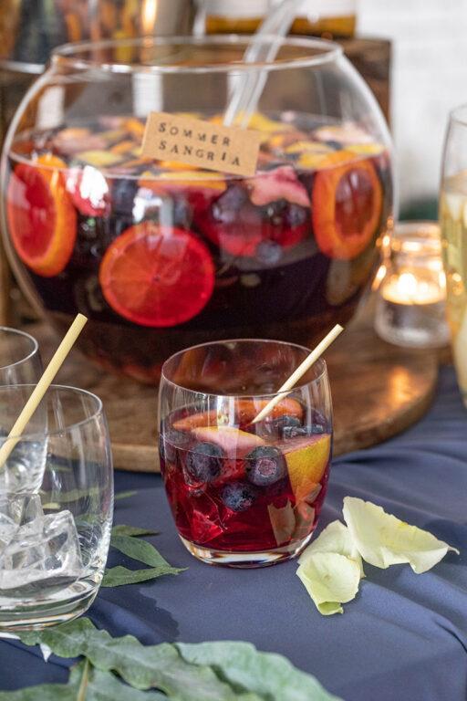 Selbst gemachte Sommer Sangria mit frischen Fruechten nach einem Rezept von Sweets & Lifestyle®