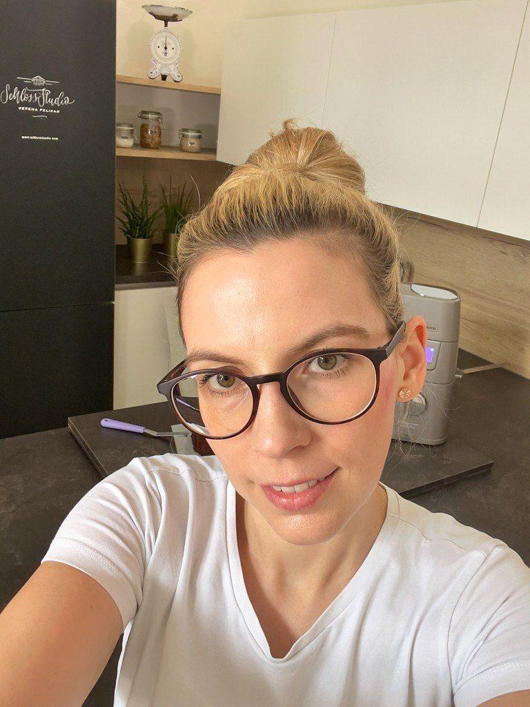 Verena Pelikan in der Kueche Wonderwall in ihrem Kochstudio SchlossStudio im Schloss Coburg zu Ebenthal im Weinviertel