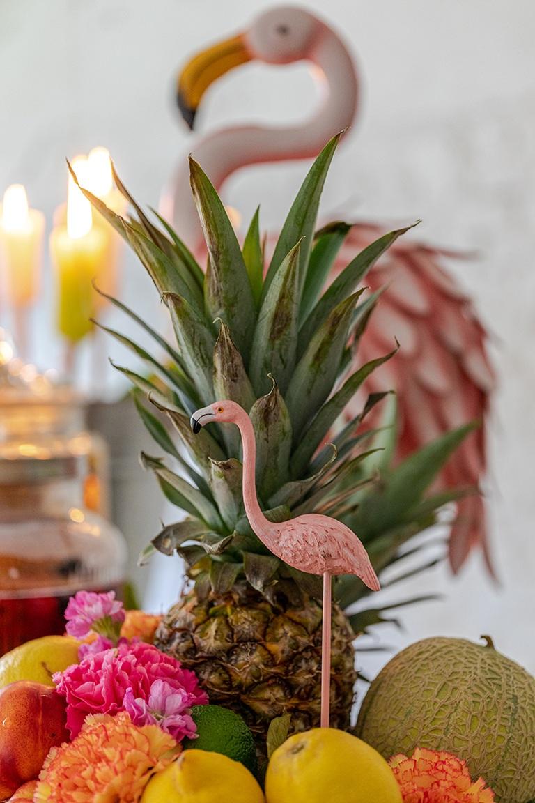 Flamingo als Dekoration im Obstkorb bei der Gartenparty im Kochstudio Schlossstudio von Verena Pelikan in Ebenthal im Weinviertel