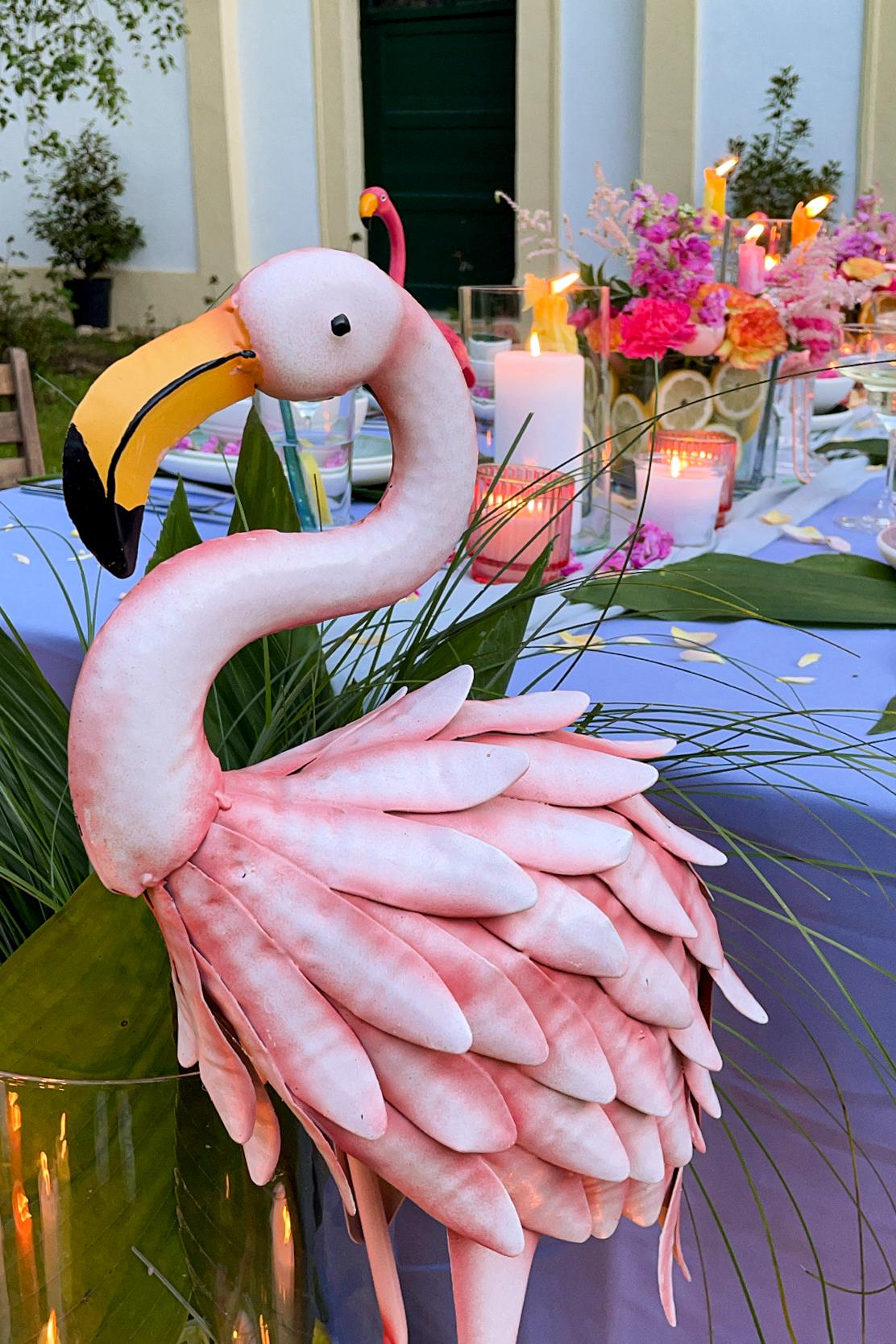 Flamingo aus Metall als Dekoration bei der sommerlichen Flamingoparty im Kochstudio SchlossStudio von Verena Pelikan im Weinviertel