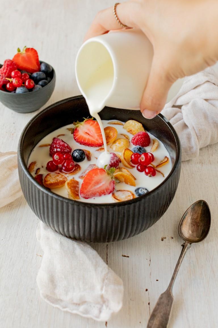 Frische Milch wird ueber die Pancake Cereal gegossen die nach einem Rezept von Sweets & Lifestyle® gemacht wurden