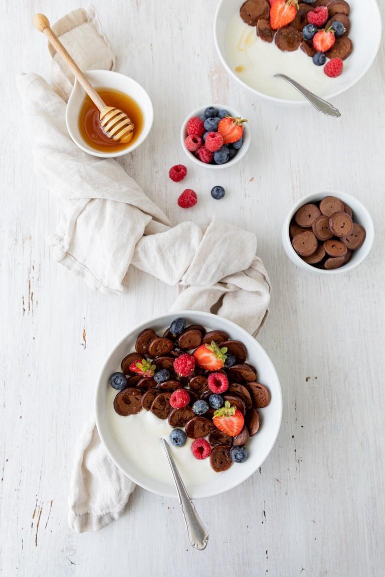 Pancake Cereal mit Kakao und frischen Fruechten als leckeres Fruehstueck nach einem Rezept von Sweets & Lifestyle®