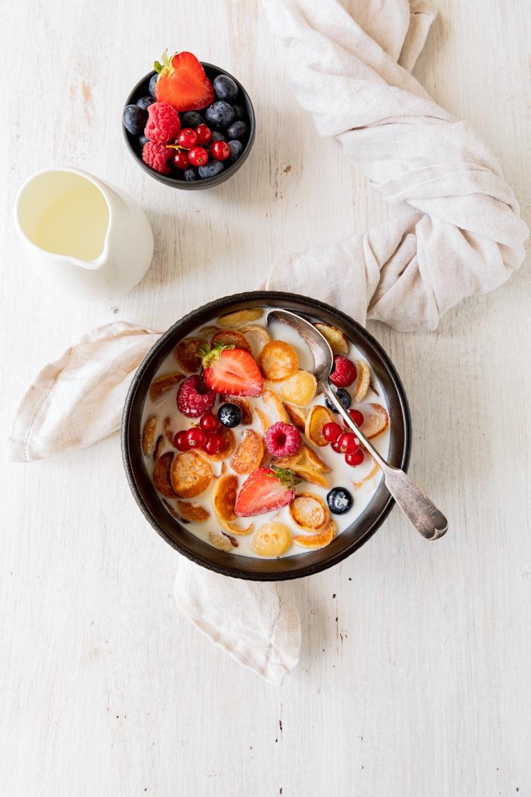 Pancake Cereal die Mini Pancakes serviert mit Milch und frischen Beeren nach einem Rezept von Sweets & Lifestyle®